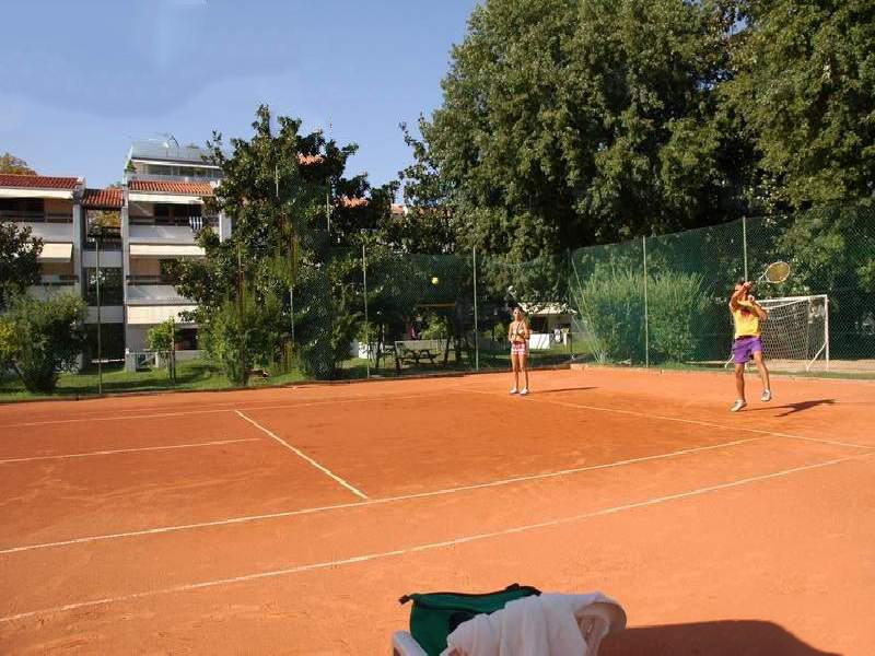 Gravel tennisbaan op camping Cisano Vito bij het Gardameer