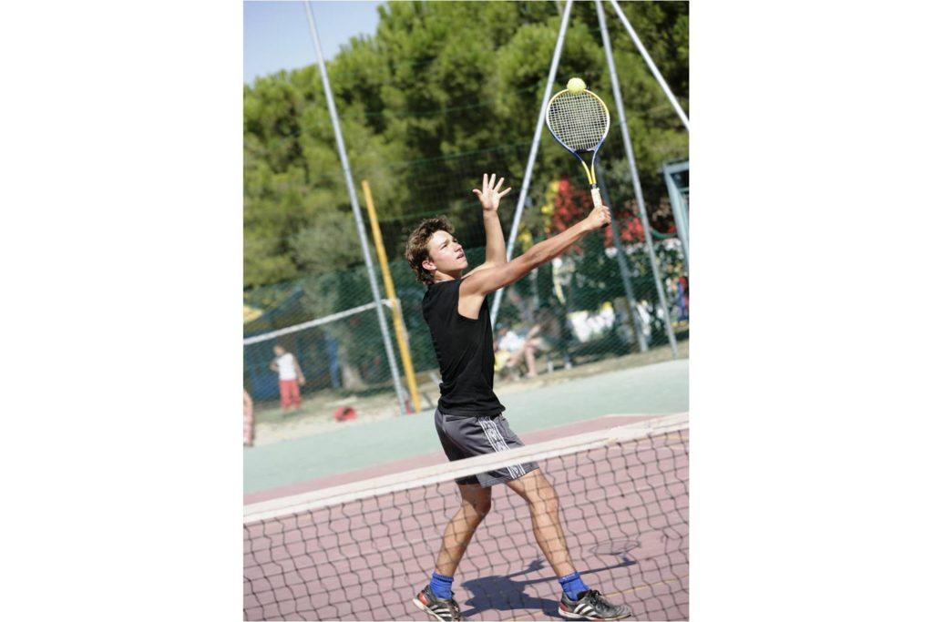 Tennisbaan op camping Bella Italia bij het Gardameer