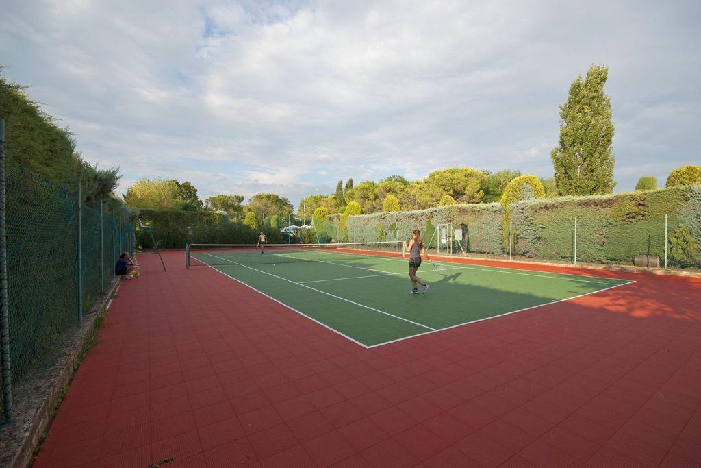 Kunstgras tennisbaan op Eurocamping bij het Gardameer